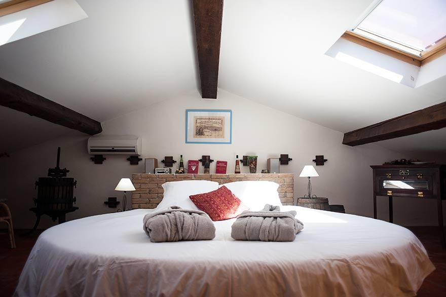 Camera due stanze letto rotondo materasso ad acqua Provenza
