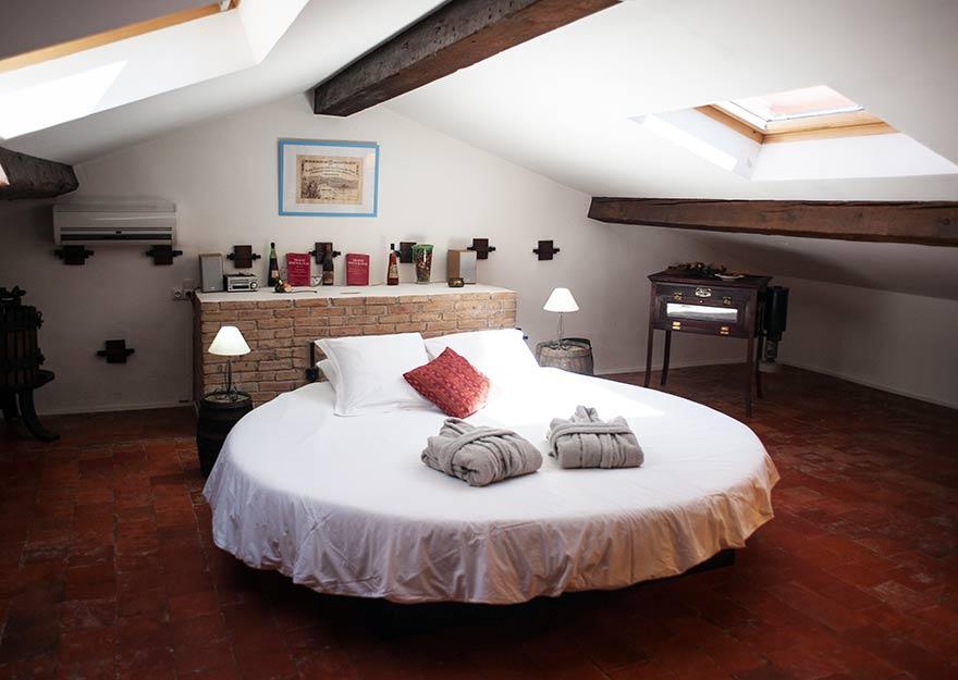 chambres d'hôte lit rond matelas à eau piscine spa var provence
