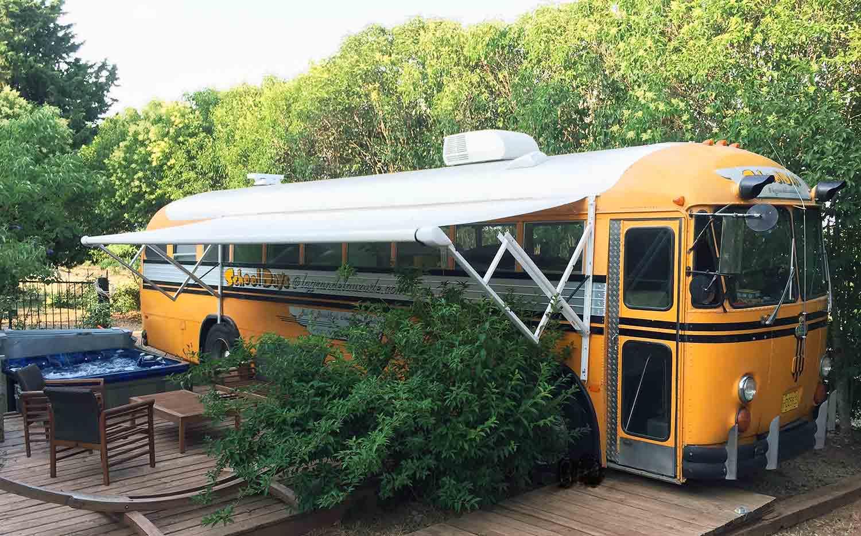 chambre bus h bergement insolite originale jacuzzi schoolbus crown. Black Bedroom Furniture Sets. Home Design Ideas