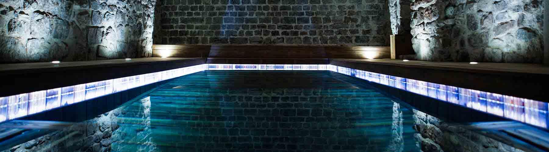 Chambre d 39 h tes avec piscine interieure jacuzzi var provence for Chambre piscine